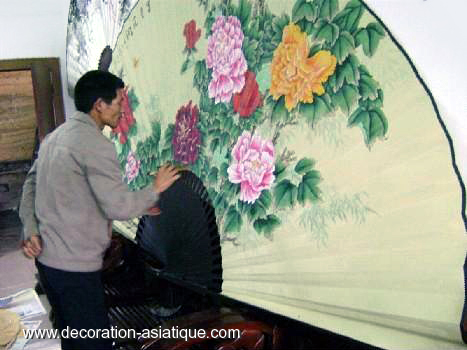 les ventails g ants une d coration murale asiatique. Black Bedroom Furniture Sets. Home Design Ideas
